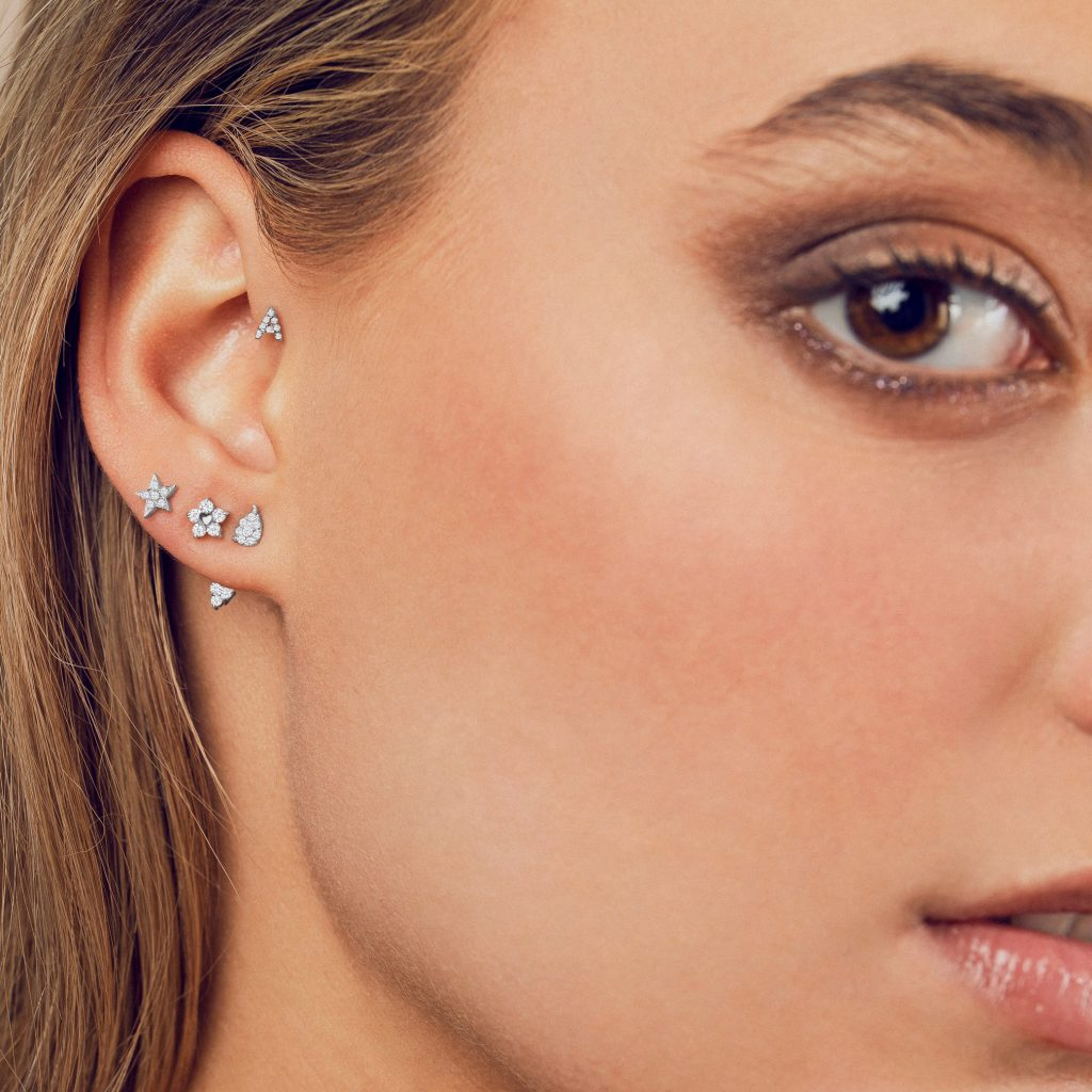 Piercings Mumit en oreja diamantes