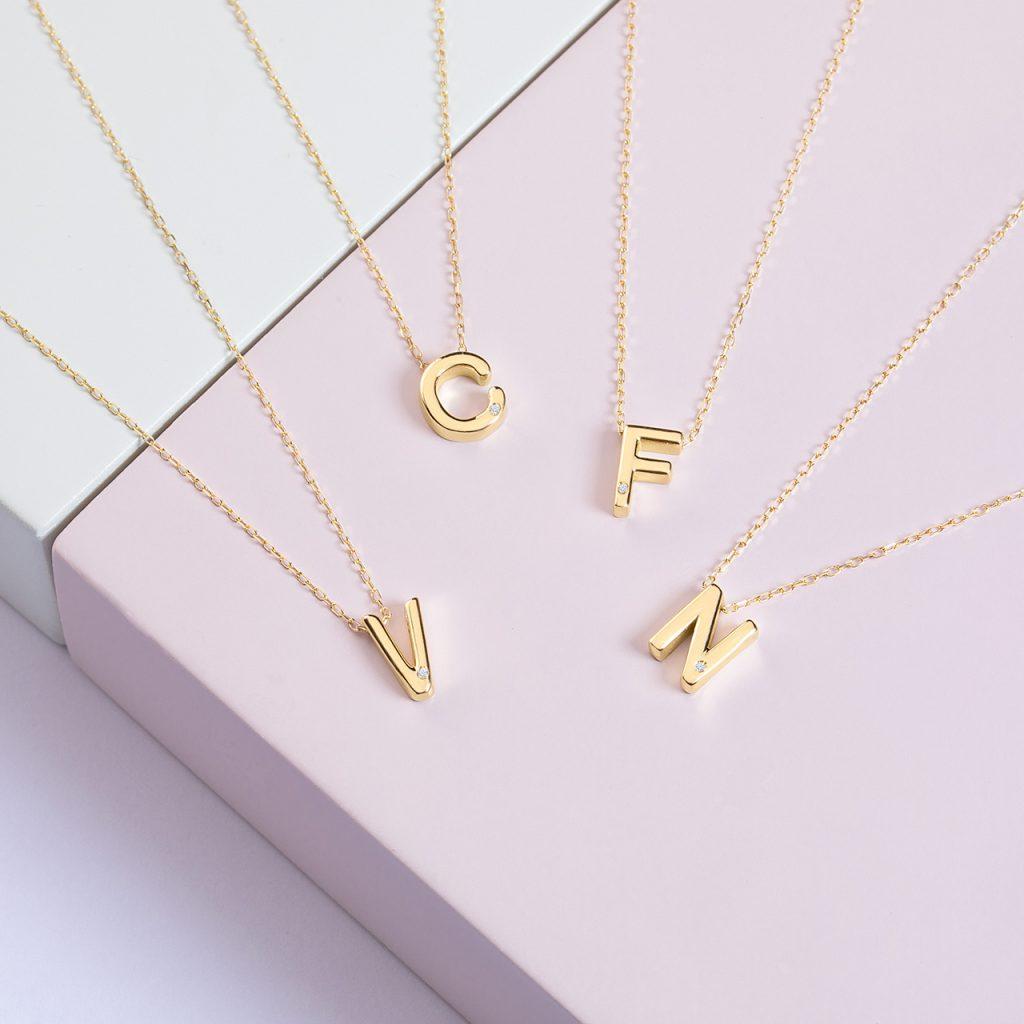 Collares de letras o iniciales de oro de 18 Kt y diamante