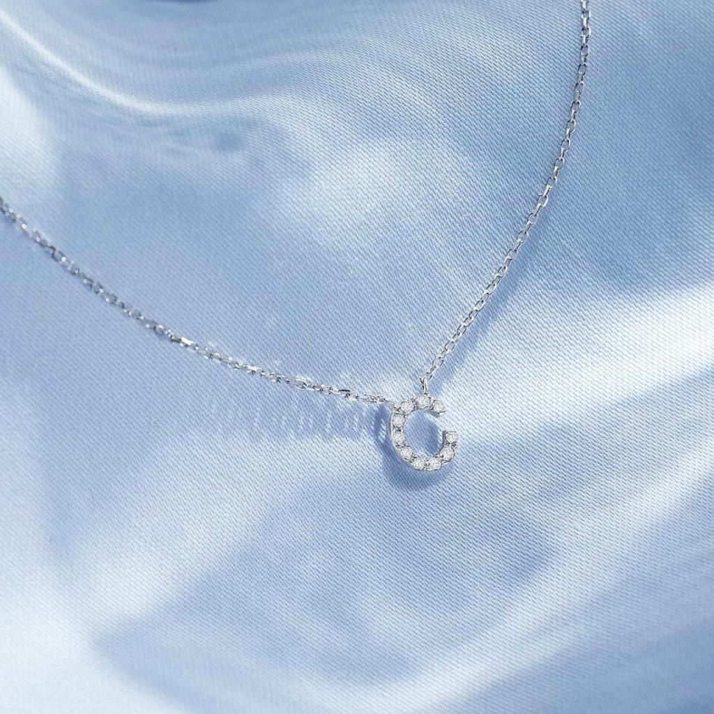 Gargantilla de oro blanco de 18 Kt y diamantes con inicial