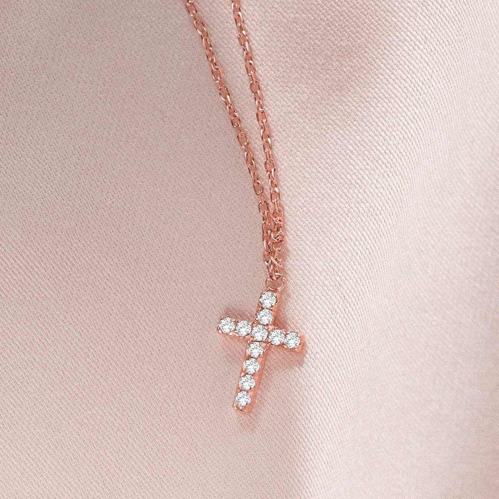 Gargantilla cruz de oro rosa de 18 KT con diamantes