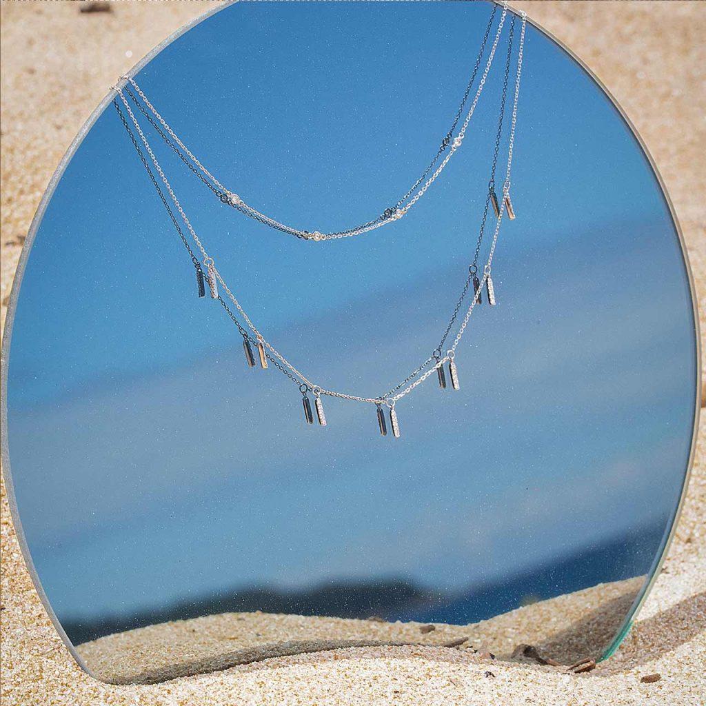Choker doble de oro blanco de 18 Kt y diamantes en playa