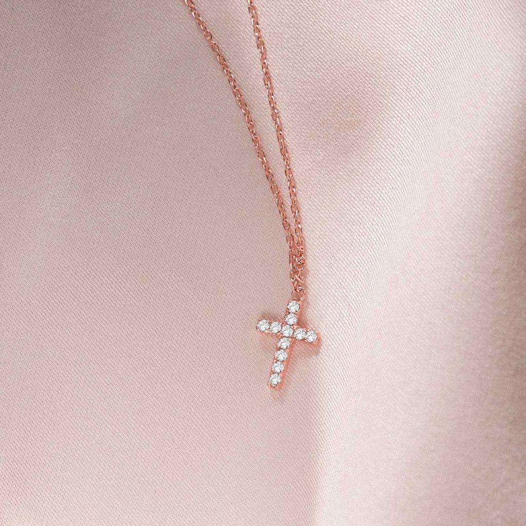 Gargantilla con cruz de diamantes y cadena de oro rosa de 18 Kt
