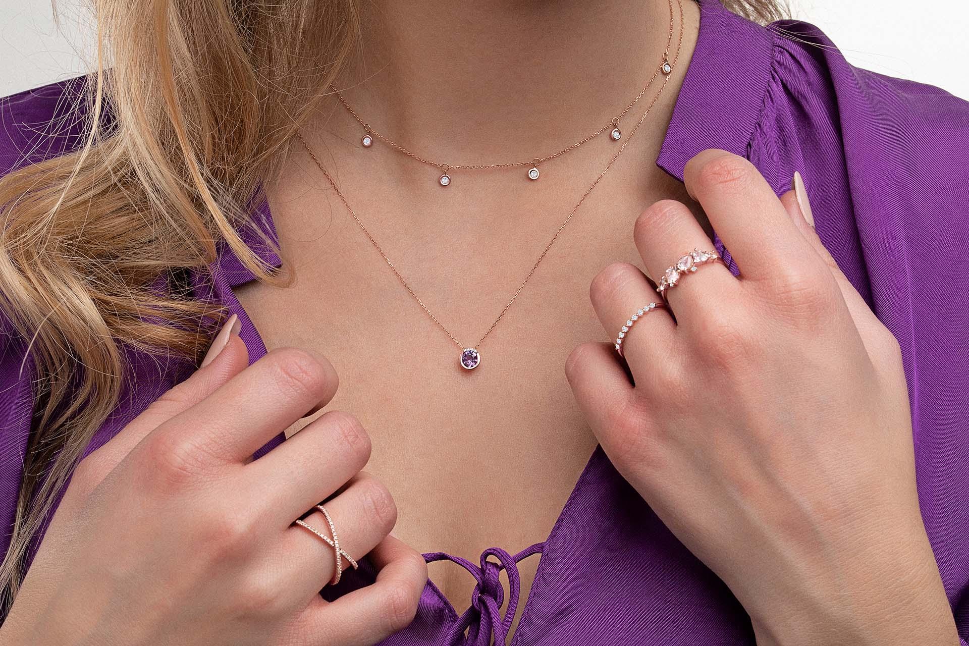 Look de moda con gargantilla de amatista y diamantes, todo en oro rosa
