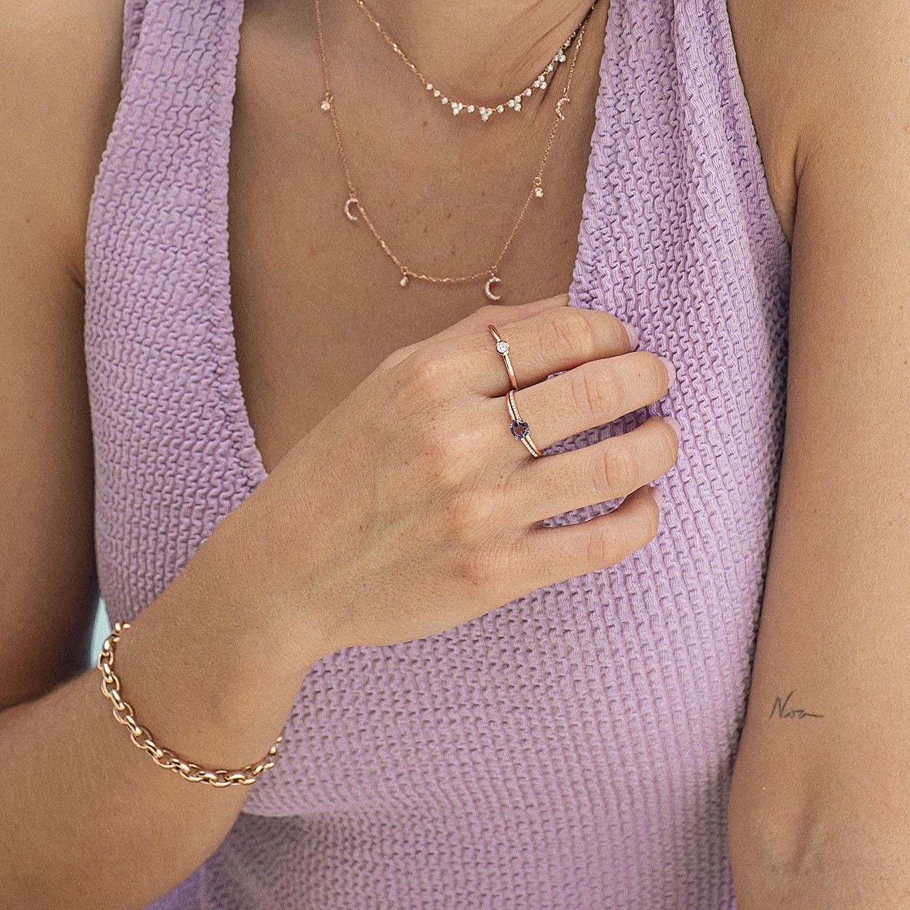 Sortija con amatista central pavé de diamantes montados en oro rosa de 18 quilates